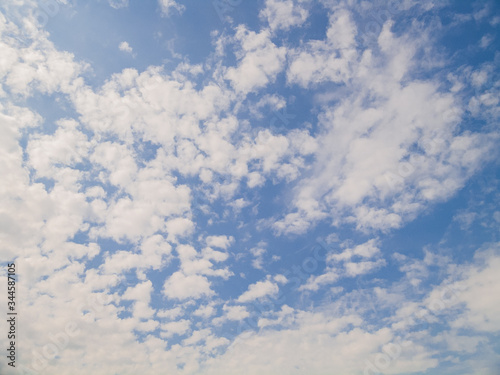 Photo Cirrus clouds against the blue sky