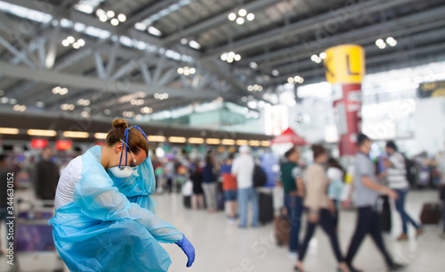 Cuadros en Lienzo British nurse with protective mask in front of coronavirus pandemia