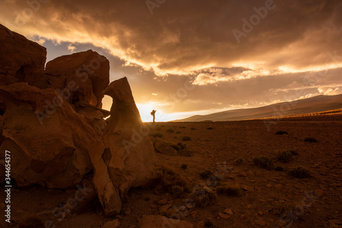Photo Sunset in the desert with photographer to backlighting