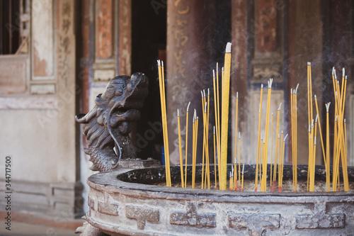 Fényképezés 線香の煙が漂う龍の装飾が施された常香炉