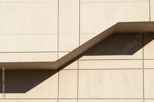 Photo Dramatic angular design on side of concrete building.