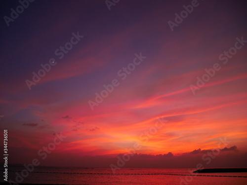 夕暮れに赤く染まる空と海 Slika na platnu