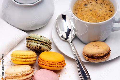 Macarons de couleurs t service à café en porcelaine blanche sur fond blanc Canvas Print