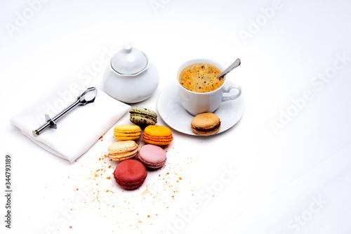 Photo Macarons de couleurs t service à café en porcelaine blanche sur fond blanc