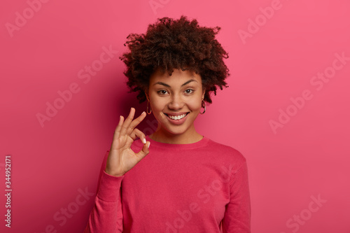 Photo Portrait of satisfied Afro American woman shows okay gesture, says excellent, an