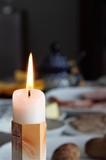 Piękna Wielkanocna świeczka na której  świeci płomień