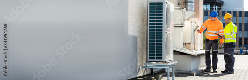 Fotografía An Electrician Men Checking Air Conditioning Unit