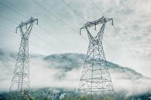 Strommast Vor Nebeliger Berglandschaft In Norwegen Wo über 90 Prozent Des Stroms Aus Wasserkraft Kommen