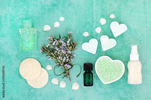 Photo Skin care vegan beauty treatment with fresh rosemary herb and cosmetic beauty products
