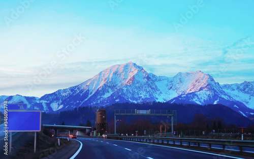 Photo Road with twilight view of Alps mountains in Austria reflex