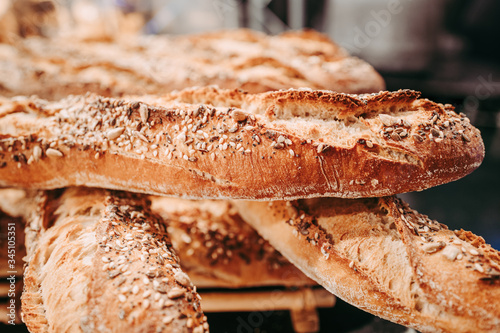 Photo Freshly baked french baguette at the bakery