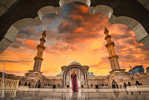 Photo Masjid Wilayah Persekutuan at sunset in Kuala Lumpur, Malaysia.