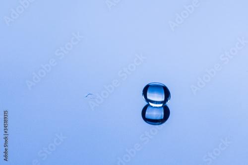 Fototapeta Kropla wody uderzająca w taflę wody obraz