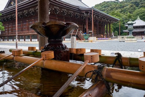 Photo The water ablution pavilion (Chozuya or temizuya) at Chion-in temple complex