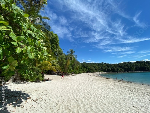 Photo A paradise beach in the Costa Rican Pacific with fine sand, turquoise blue water
