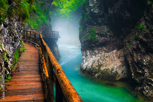 Fotografía Misty Vintgar gorge with Radovna river after rain, Slovenia