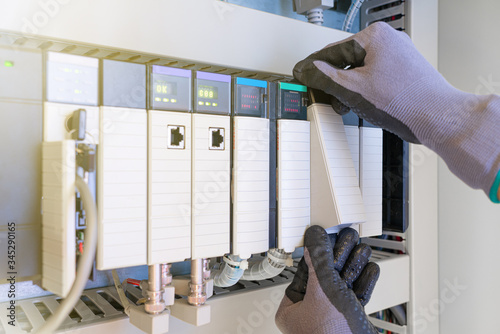 Photographie Electrical and Instrument technician replacing input and output card of programable logic controller (PLC) for oil and gas process control system
