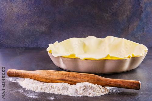 Photo Préparation d'une pâte à tarte avant cuisson dans son moule à tarte avec de la f