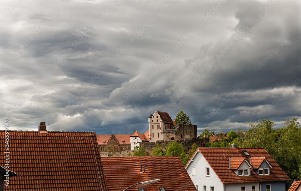 Fototapeta Cisza przed burza. Pochmurne niebo. Zamek na tle chmur.  Zabytki Niemiec. Zamek na Bawarii.