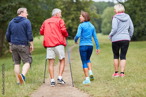 Valokuva Seniors as friends do Nordic Walking