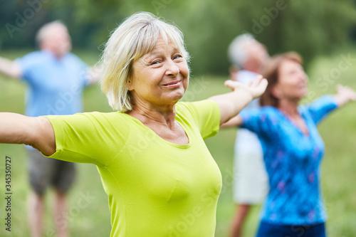 Fotografia Sporty seniors stretch out their arms