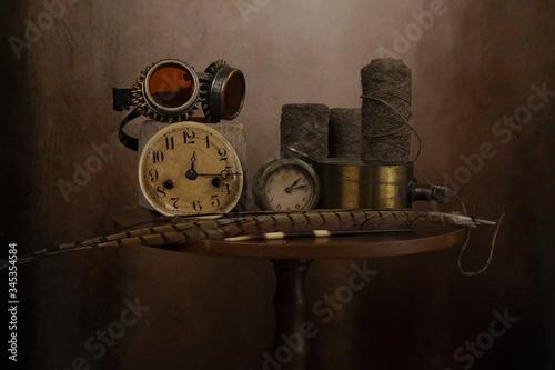 Fotografia Gruppo di oggetti antichi sul tavolo,con vaso di vetro.