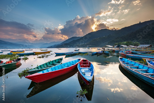 Fotografía Colorful boats in Phewa lake in Pokhara, Nepal