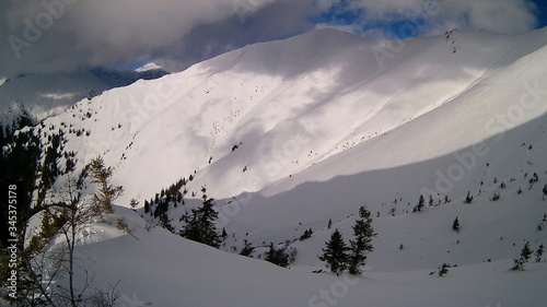 Photo snowy mountains in winter season on sunny day at high altitude