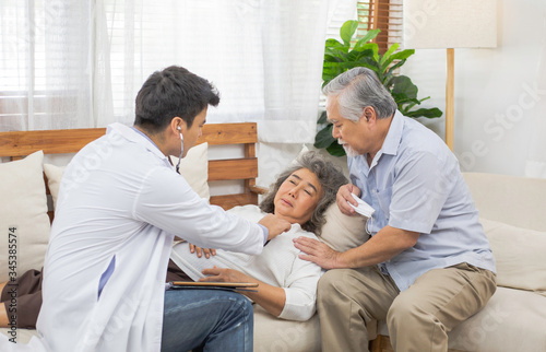 Photo Doctor using stethoscope for auscultate Asian senior woman patient