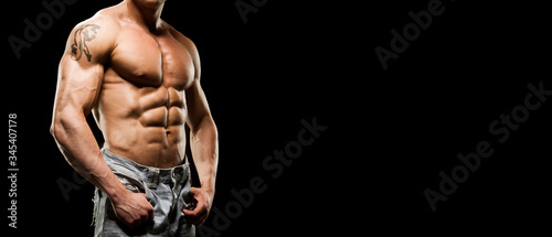 Fotografia Portrait of strong healthy power fitness handsome athletic man with muscular trained body on black background
