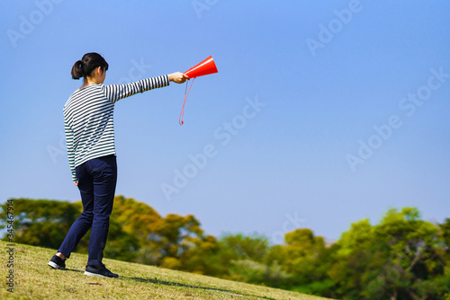 Photo ティーンエージャー 青春 応援 声援 メガホン 励ます 頑張れ 元気 練習 女性 日本人 希望 夢