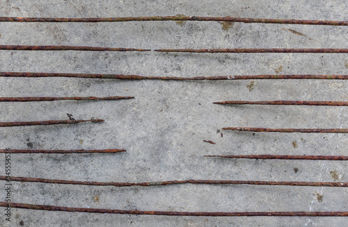Fotomural Rusty deteriorated iron bars with stone background