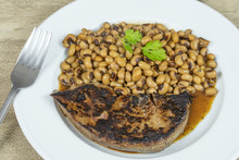 Foie De Veau Grillé  Et Haricot Oeil Noir Cuit Dans Une Assiette