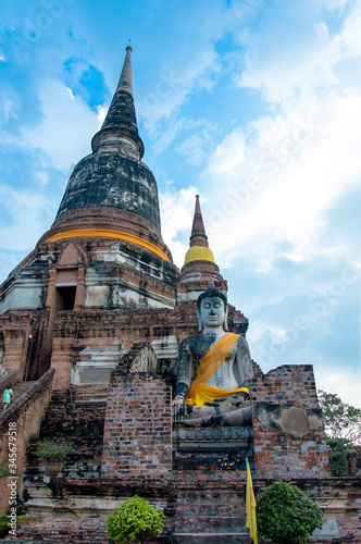 Photo Low Angle View Of Buddha Statue By Pagoda Against Sky At Ayuthaya Province