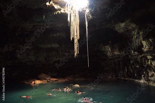 Fotografía Tourists Swimming In Cenote Of Dzitnup Village Near Valladolid