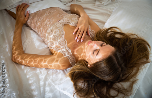 Photo Portrait of blond girl with long hair sleeping in bed