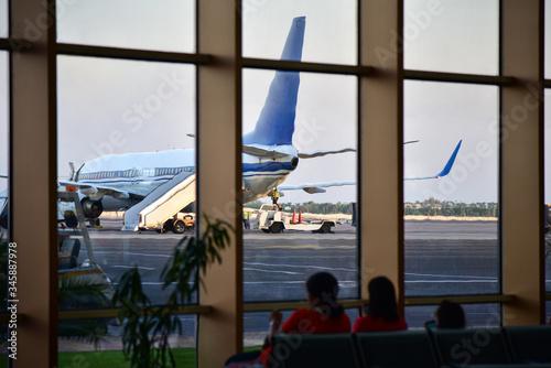 Photo Islamic women family awaiting departure at airport