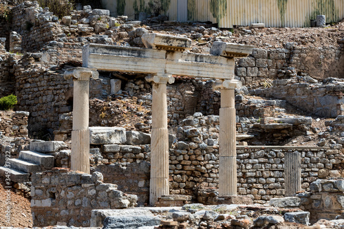 Photo The ruins of the ancient antique city of Ephesus the library building of Celsus, the amphitheater temples and columns