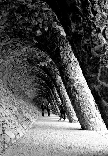 Balade entre amoureux dans le tunnel penché Canvas Print