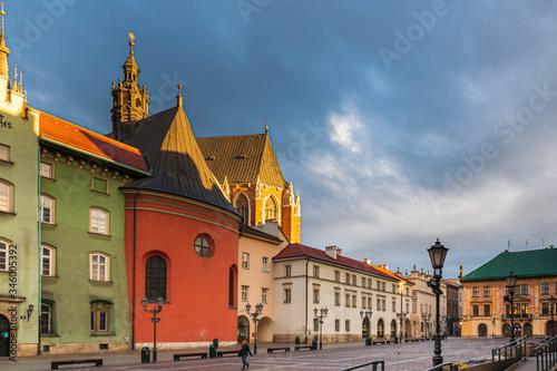 Fototapeta Kolorowe, zabytkowe kamienice w centrum miasta. Rymek z kamienicami, brak ludzi o poranku obraz