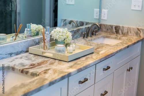 Fotografia Clean and modern new construction home house bathroom with granite countertops a