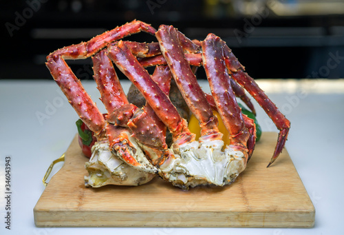 Photo Steam Norwegian Red King Crab, Cooked Organic Alaskan King Crab Legs,Alaskan King Crab on vintage wooden plate