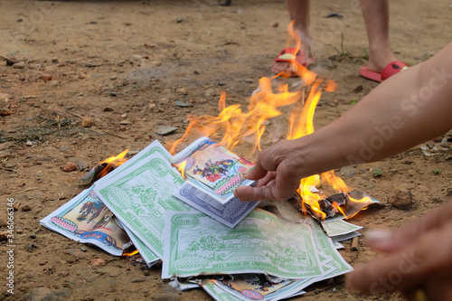 Photo Burning silver paper to pay respect to ancestors in the Chinese