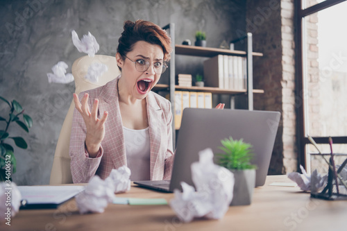 Photographie Close-up portrait of nice attractive crazy outraged lady ceo boss chief throwing
