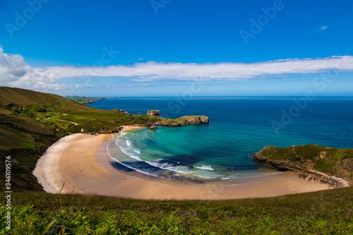 Photo Bonita playa Asturiana con el mar en calma