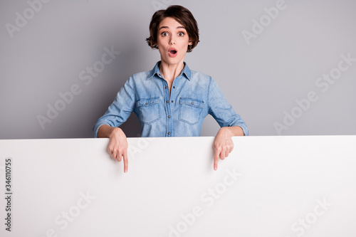 Fényképezés Astonished crazy point index finger white empty board copyspace impressed incred