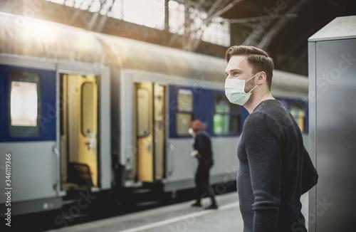 Fotografía man with flu mask on train station