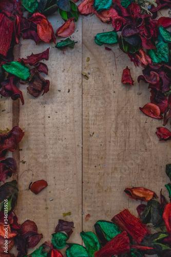 Photo Hermoso fondo florido que combina los colores verde y rojo con madera