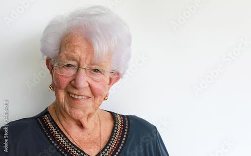 mujer mayor alegre sonriendo feliz con pelo blanco y gafas con estilo 4M0A0737-a Wallpaper Mural