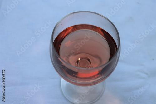 Verre de vin rosé dans un verre ballon transparent sur une nappe blanche - Dépar Canvas Print